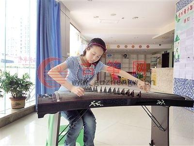刘芮彤正在文化艺术中心练琴。