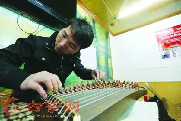 贵州师范学院古筝课堂 来了群男生学古筝